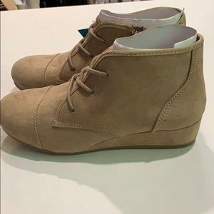 Universal thread wedge boots